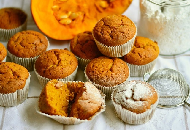 A table full of muffin
